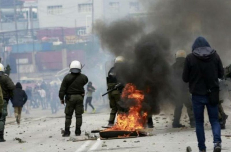 «Πόλεμος» σε Χίο και Λέσβο! Εισβολή κατοίκων σε ξενοδοχείο όπου μένουν άνδρες των ΜΑΤ! Πετροπόλεμος, χημικά και φωτιές! (Video)