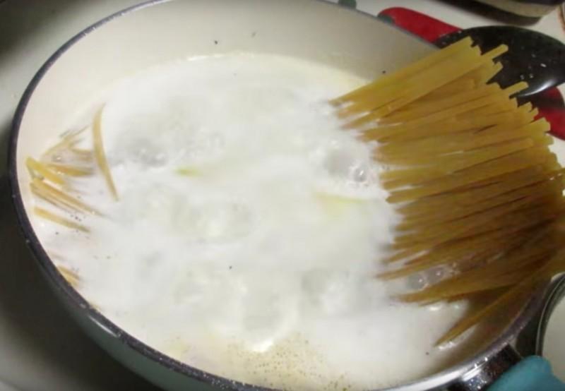 Ρίξτε τα μακαρόνια στην κατσαρόλα και προσθέστε γάλα...Θα το κάνετε συνέχεια όταν το δοκιμάσετε!
