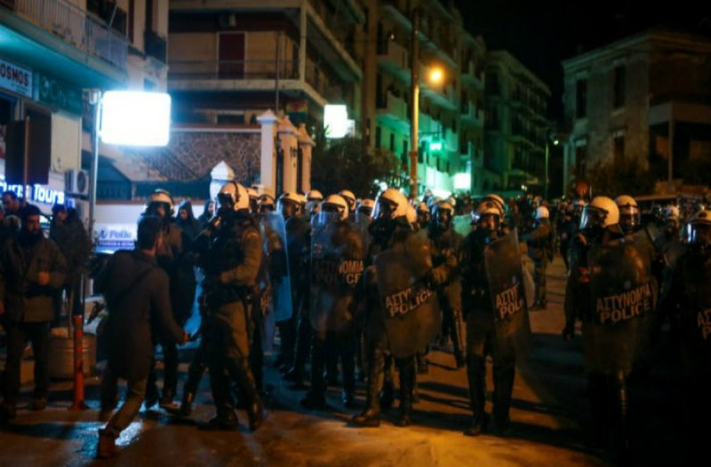 Χάος στη Μυτιλήνη! Πολίτες με όπλα εναντίον αστυνομικών - Αστυνομικός τραυματίστηκε από σκάγια! (video+photo)