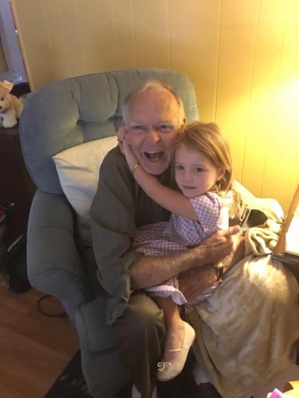 4χρονο κοριτσάκι ζητάει από έναν παππού να βγούνε φωτογραφία...Που να ήξερε ότι θα του άλλαζε η ζωή!