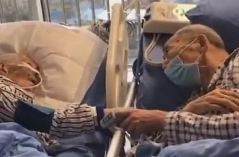 Παππούς αγγίζει το χέρι της 85χρονης γιαγιάς στο νοσοκομείο για τελευταία φορά!