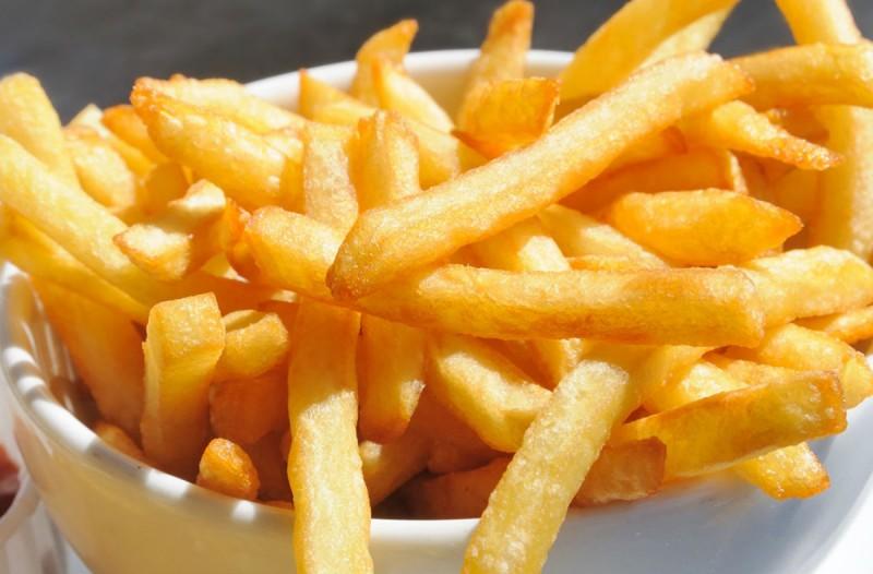 Η εναλλακτική συνταγή με πατάτες! Τραγανές απ' έξω, ζουμερές από μέσα και έχουν μισές θερμίδες από τις τηγανιτές!