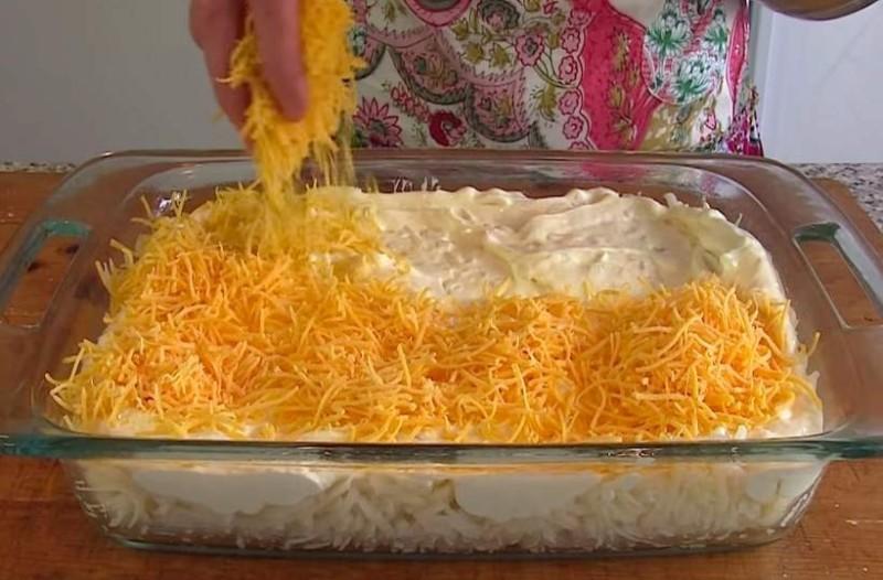 Τρίβει το τυρί, πάνω στις πατάτες και τα βάζει στο φούρνο! Το αποτέλεσμα; Κυκεώνας γεύσεων!