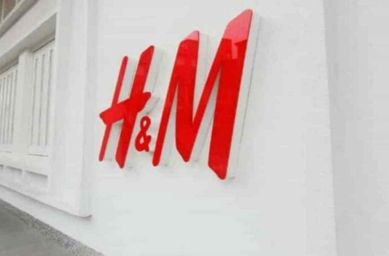 H&M: Απίστευτη προσφορά online - Πρόλαβε το φαντστικό μαύρο αέρινο φόρεμα που θα φοράς άνοιξη και καλοκαίρι