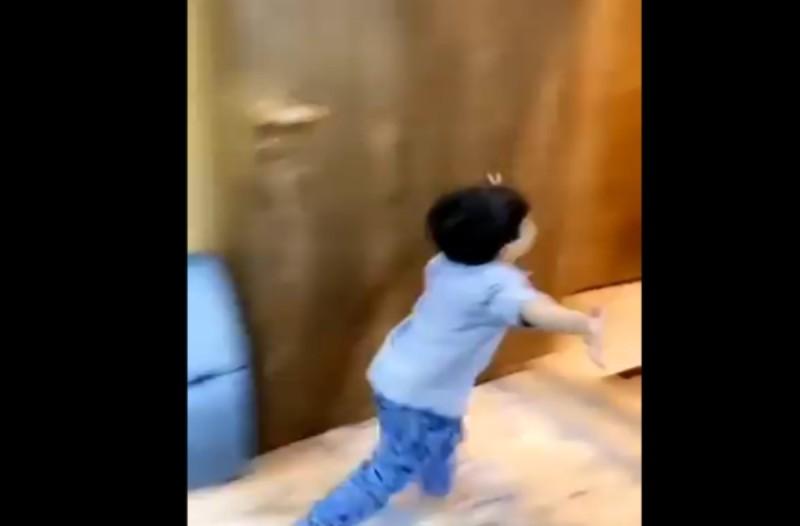 Γιατρός ξεσπάει σε δάκρυα όταν το παιδί του τρέχει προς την αγκαλιά του - Ραγίζει καρδιές το βίντεο