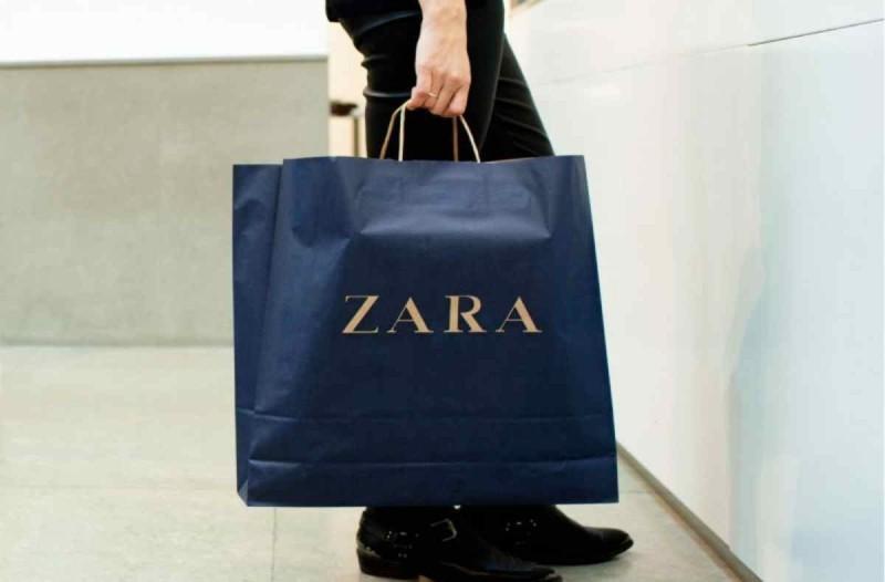 ZARA online-shop: Πρόλαβε την προφορά για το ολόλευκο αέρινο φόρεμα που θα φοράς άνοιξη και καλοκαίρι