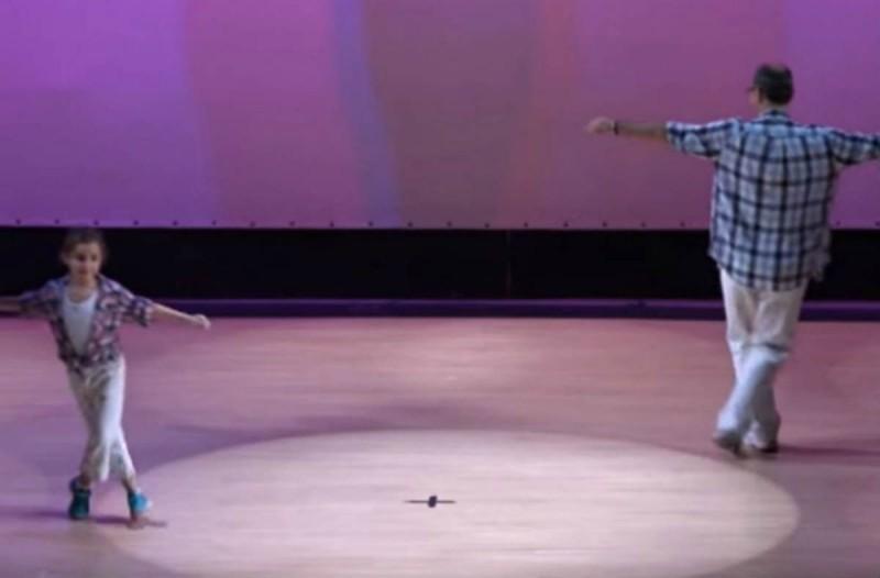 Πατέρας και κόρη χόρεψαν το πιο... τρυφερό ζεϊμπέκικο -