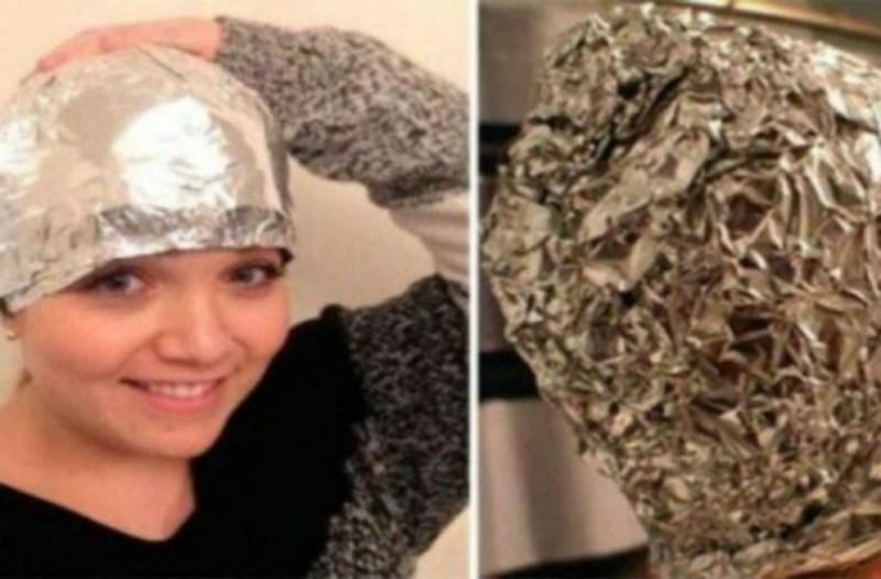 Βάζει αλουμινόχαρτο στα λουσμένα της μαλλιά - Το αποτέλεσμα; Τρομερό