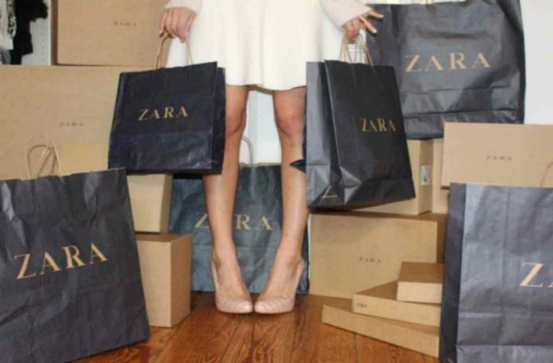 ZARA e shop: Το γαλάζιο φόρεμα θα κάνει την πιο ξεχωριστή εμφάνιση το καλοκαίρι