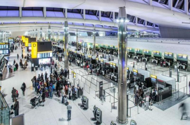 Κορωνοϊός Λονδίνο: Θρίλερ για 35 Έλληνες - Εγκλωβισμένοι στο αεροδρόμιο!