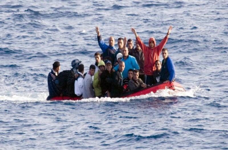Θρίλερ για 250 μετανάστες στην Κέα: Το πλοιάριο προσέκρουσε στο λιμάνι του νησιού!