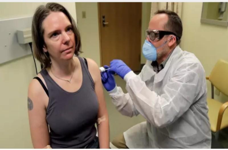Η πρώτη γυναίκα που έκανε το εμβόλιο του κορωνοϊού - Είναι ακόμα σε πειραματικό στάδιο