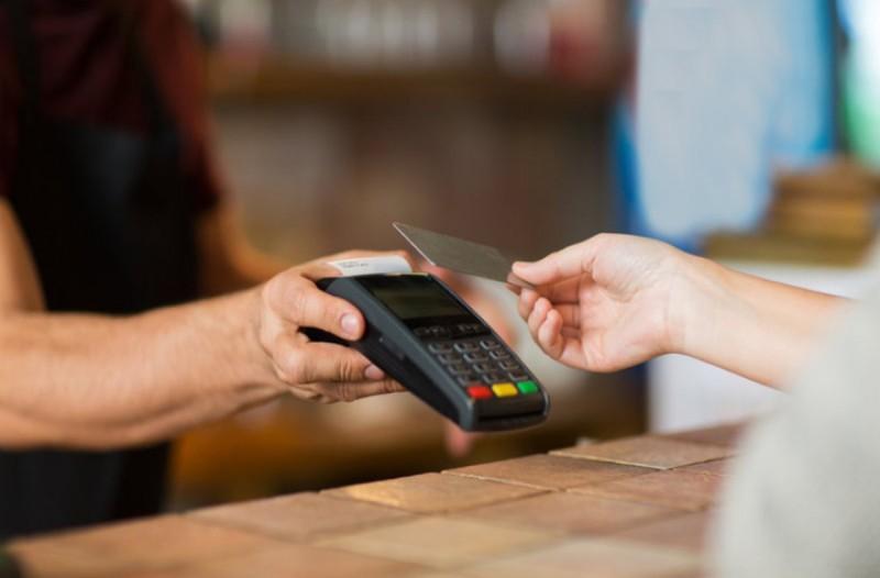 Κορωνοϊός: Στα 50 ευρώ το όριο ανέπαφων συναλλαγών χωρίς PIN