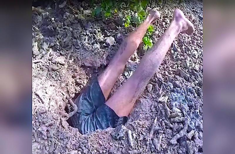 Αυτός ο άνδρας μπήκε μέσα σε μια τρύπα...Αυτό που έβγαλε από μέσα θα σας σοκάρει!