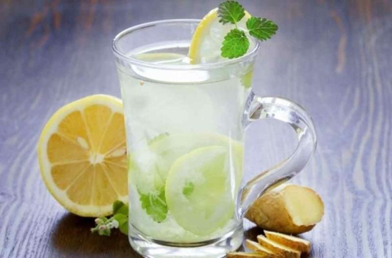 Μεγάλη προσοχή: Γιατί δεν πρέπει να ζητάμε ποτέ λεμόνι στο νερό μας;