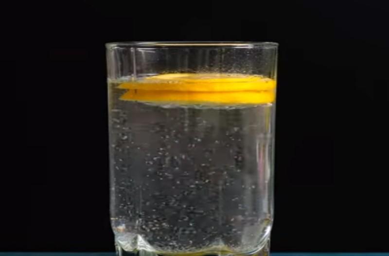 Ρίχνει σε ένα ποτήρι μια ασπιρίνη, μέλι και λεμόνι - Το ρόφημα αυτό θα σας σώσει τη ζωή!