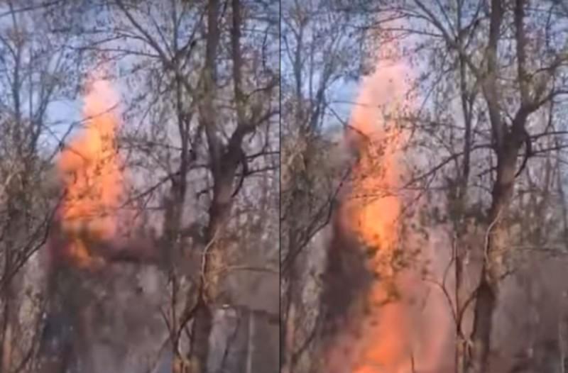Βίντεο-ντοκουμέντο: Η στιγμή που μετανάστες επιχειρούν με... φλεγόμενα δέντρα να ρίξουν τον φράχτη στον Έβρο