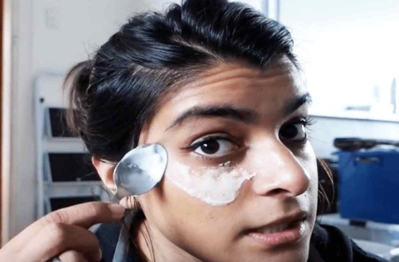 Τρίβει μαγειρική σόδα με ένα κουτάλι κάτω από τα μάτια - Αν το κάνεις θα γίνει το αγαπημένο σου σπιτικό καλλυντικό