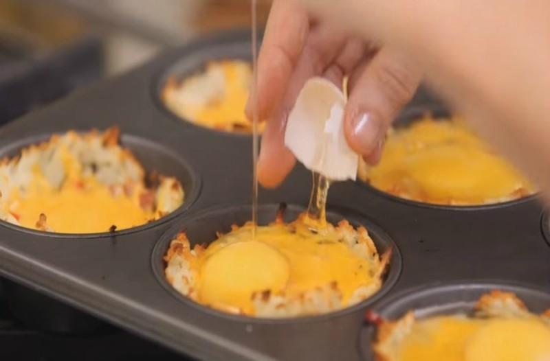 Έβαλε σε μια φόρμα κέικ αυγά, τυρί και ζαμπόν...Ο λόγος; Θα σας ξετρελάνει
