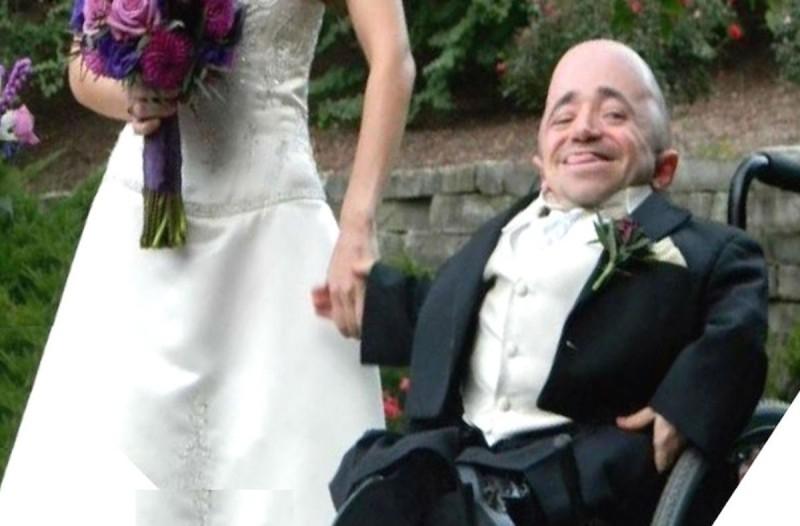 Ένας γαμπρός δημοσίευσε φωτογραφία από τον γάμο αλλά όλοι θαυμάζουν την νύφη- Μόλις την δείτε ολόκληρη θα καταλάβετε