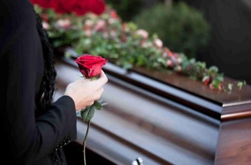 Θλίψη στην κηδεία της 41χρονης που πέθανε από κορωνοϊό: Μοναδική παρούσα η μητέρα της
