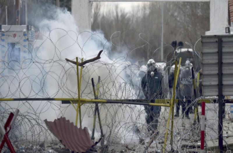 Συνεχίζεται το θρίλερ στον Έβρο: Χημικά και πέτρες πετούν οι μετανάστες!