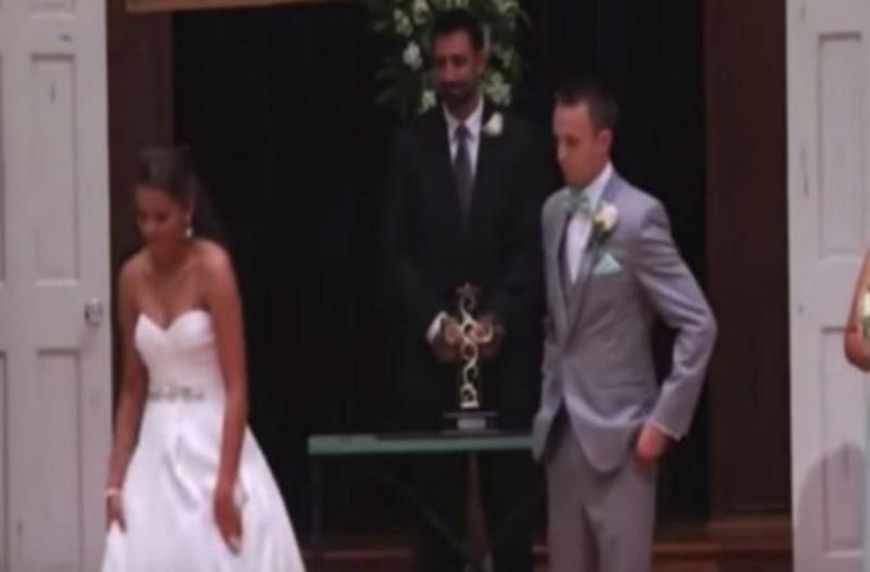 Η νύφη απομακρύνθηκε από τον γαμπρό και εκείνος πάγωσε - Μόλις είδε το χέρι της κατάλαβε ότι...