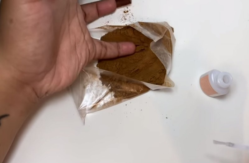 Απίστευτο: Βουτάει τα τεχνητά της νύχια σε ένα σακουλάκι με κανέλα - Το αποτέλεσμα θα σας ενθουσιάσει!