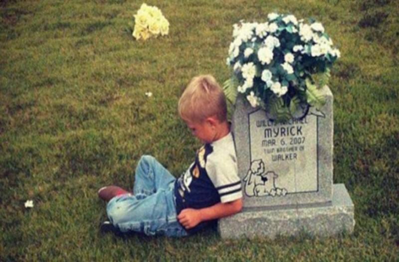 Αυτό το 9χρονο παιδάκι πάει στον τάφο του δίδυμου αδερφού - Η τραγική ειρωνία που κρύβεται από πίσω θα σας συγκινήσει