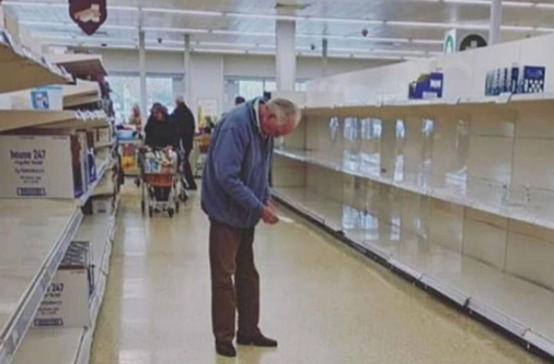 Η φωτογραφία που θα σας «λυγίσει» - Ο παππούς, η λίστα και τα άδεια ράφια στο σούπερ μάρκετ