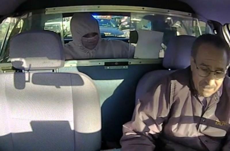 Ένας άνδρας πήγε να ληστέψει έναν οδηγό ταξί...Δεν είχε παρατηρήσει όμως τι κρυβόταν από πίσω του!
