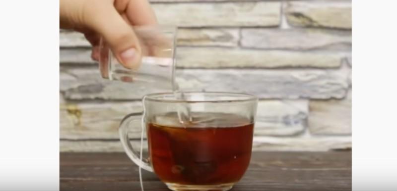 Ρίχνει σε ένα φλιτζάνι τσάι λίγο ξύδι και το τρίβει στα πόδια της - Μόλις δείτε το λόγο θα τρέξετε να το κάνετε!