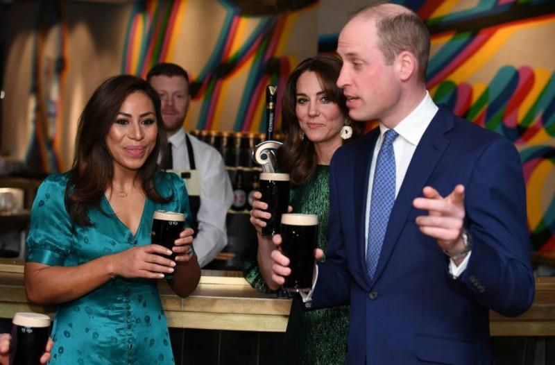 Το... έριξαν έξω Πρίγκιπας Ουίλιαμ και Κέιτ Μίντλετον πίνοντας μπύρα! (video)