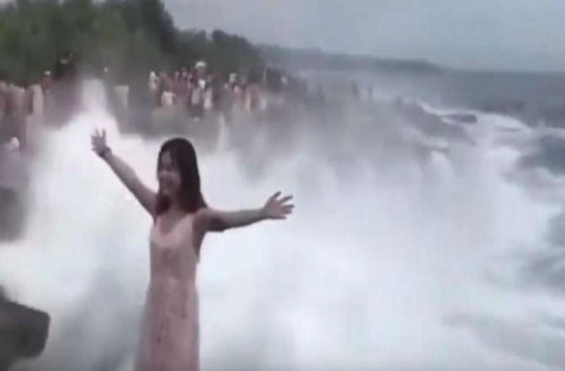 Η selfie που έγινε εφιάλτης - Πήρε πόζα για φωτογραφία και... γλίτωσε από θαύμα (photo)