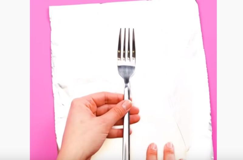 Τυλίγει ένα πιρούνι με αλουμινόχαρτο - Αυτό που φτιάχνει θα σας αφήσει με το στόμα ανοιχτό!