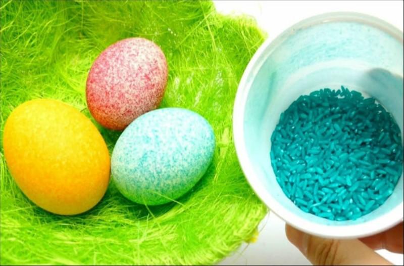 Βάψτε τα πασχαλινά σας αβγά χρησιμοποιώντας ρύζι - Θα σας ξετρελάνει το αποτέλεσμα (video)