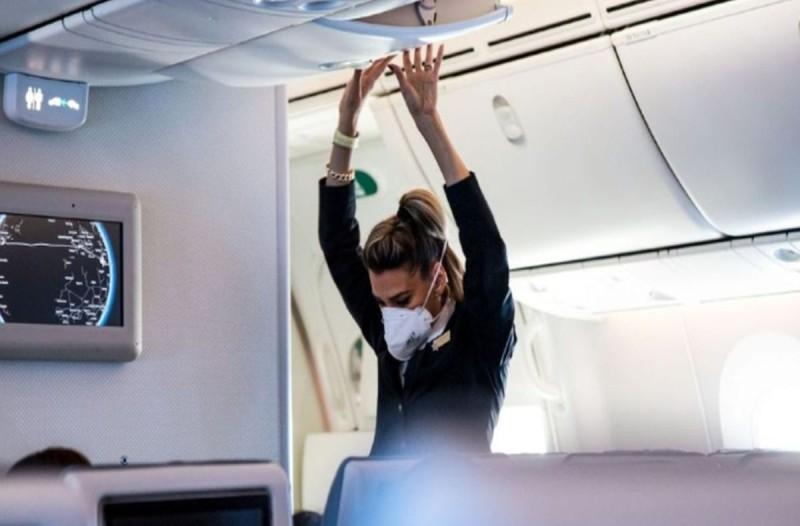 Συγκλονιστικές εικόνες: Πως ταξιδεύουν μέσα στο αεροπλάνο εν μέσω κορωνοϊού;