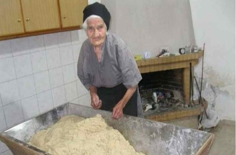 Μόλις δείτε αυτή τη γιαγιά θα δακρύσετε : H 88χρονη που δουλεύει ακόμα στα χωράφια και φτιάχνει το πιο νόστιμο ψωμί