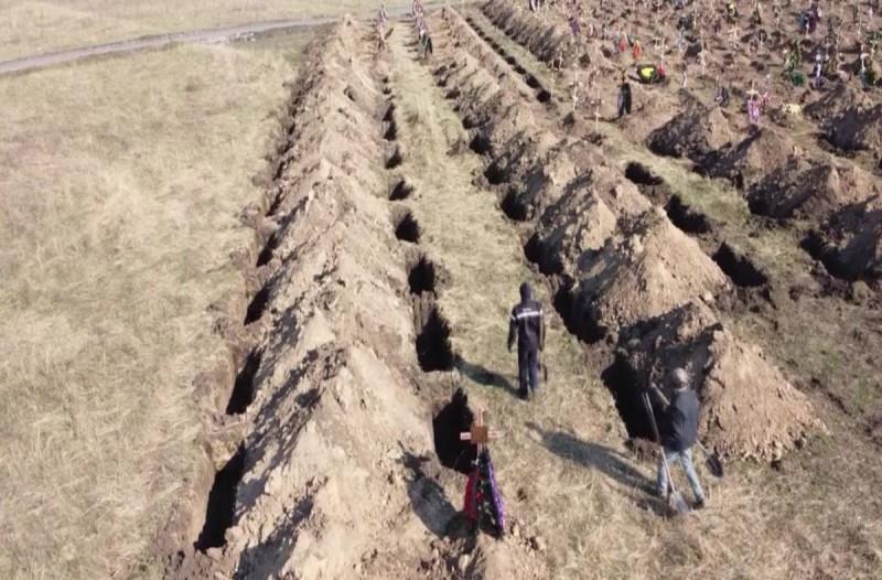 Απίστευτο: Αυτός ο Δήμαρχος έσκαψε… τάφους για να πείσει τους πολίτες του να μείνουν σε καραντίνα!