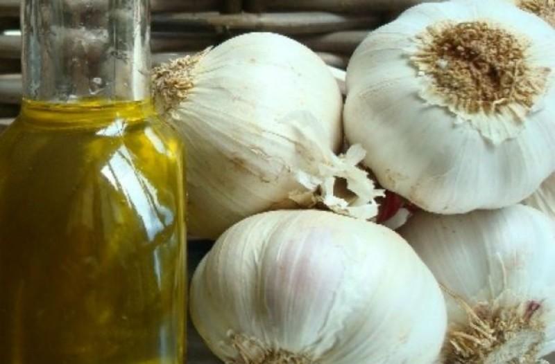 Έλαιο σκόρδου: Η συνταγή με τις θεραπευτικές ιδιότητες - 10+1 οφέλη
