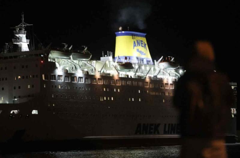 Το πλοίο «Ελευθέριος Βενιζέλος»  με τα 119 κρούσματα προσάραξε στο λιμάνι του  Πειραιά