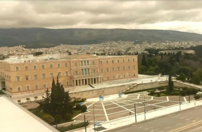 Η φωτογραφία της ημέρας: Άδεια και συννεφιασμένη Αθήνα - #menoumespiti και σήμερα