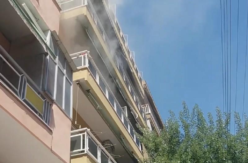 Φωτιά σε διαμέρισμα στη Θεσσαλονίκη - Απεγκλωβίστηκε 13χρονος (Video)