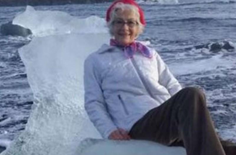 Γιαγιά ήθελε να βγάλει selfie πάνω σε παγόβουνο-θρόνο με αυτό που ακολούθησε να... σοκάρει!