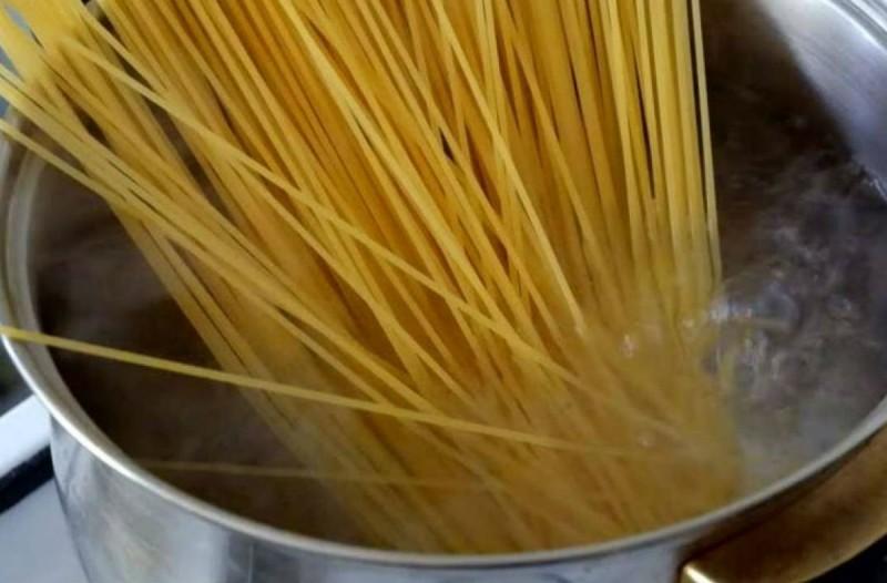 Γιατί όλοι μαγειρεύουμε λάθος τα μακαρόνια; Το κακό που κάνουμε στην υγεία μας - Μεγάλη προσοχή (Video)