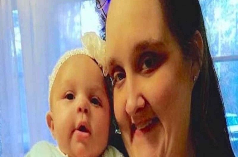 Μητέρα και μωρό πεθαίνουν ξαφνικά! Τότε η γιαγιά βλέπει κάτι στην τελευταία τους φωτογραφία (Video)
