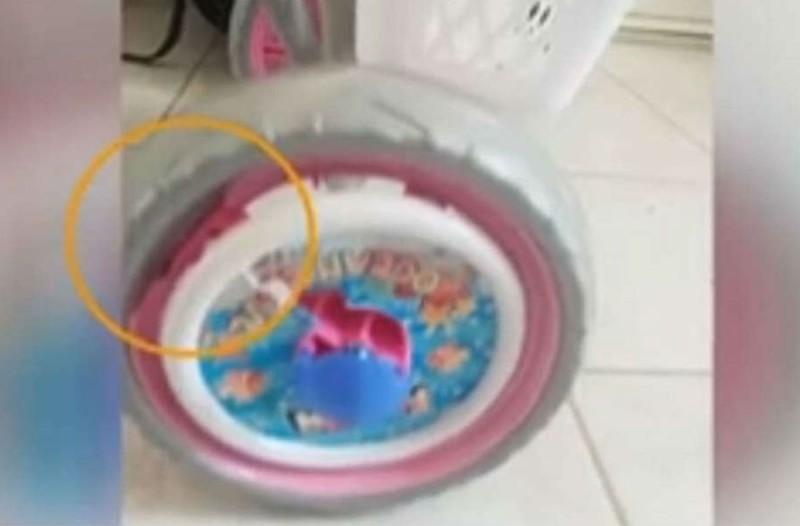 Θρίλερ στο Μενίδι: Αδέσποτη σφαίρα καρφώθηκε στο ποδήλατο 3χρονης - Συγκλονίζει η μητέρα της (Video)
