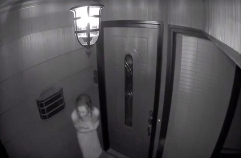 Είδε μια άγνωστη να του χτυπάει την πόρτα κλαίγοντας φορώντας μόνο μια πετσέτα - Η συνέχεια θα σας σοκάρει!