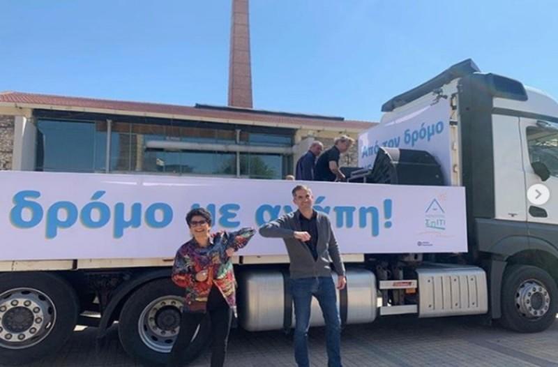 Υπέροχη κίνηση: Η Άλκηστις Πρωτοψάλτη τραγουδά με… το μουσικό φορτηγό της στους δρόμους της Αθήνας