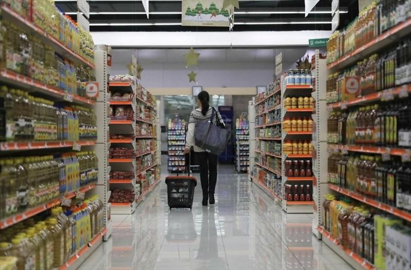 Κορωνοϊός: Αυτό συμβαίνει αν τον έχετε «κολλήσει» και βήξετε σε προϊόντα σούπερ μάρκετ
